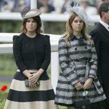 Las Princesas Beatriz y Eugenia de York con un vestido-abrigo y un dos piezas en Ascot 2013