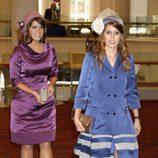 Las Princesas Beatriz y Eugenia de York con llamativos vestidos de raso en el Jubileo de Diamante