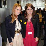Las Princesas Beatriz y Eugenia de York con vestidos lisos y chaquetas negras en la BGC Charity Day