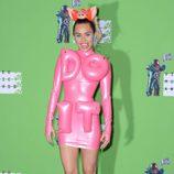 Miley Cyrus con un traje rosa de látex y una diadema de cerdo en los VMA 2015