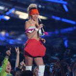 Miley Cyrus con top de ojos y falda de labios durante los MTV VMA