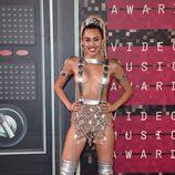 Miley Cyrus con tirantes plateados con hebillas y falda de pedrería en los VMA 2015