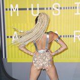 Miley Cyrus enseñando el trasero con falda de pedrería en la gala VMA 2015