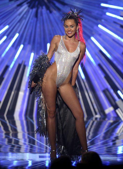 Miley Cyrus con un bañador plateado e irisado en la gala de los MTV VMA 2015