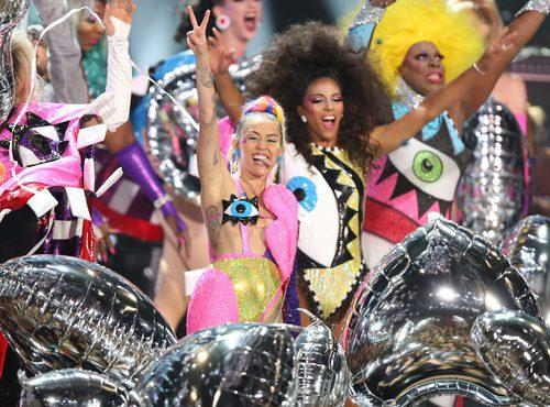 Miley Cyrus con un extravagante, colorido y brillante traje en los VMA 2015