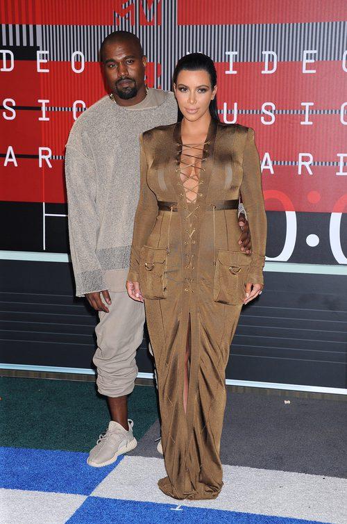 Kim Kardashian con vestido sahariano de Balmain inspirado en los 70 en los VMA 2015