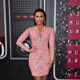 Demi Lovato con un vestido rosa estampado y escote en V en los VMA 2015