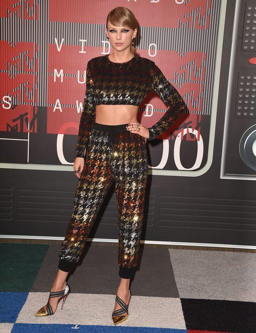 Taylor Swift con un traje lleno de brillos y estampado de gallo enlos VMA 2015