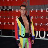 Jeremy Scott con un traje multicolor de rayas verticales en los MTV VMA 2015