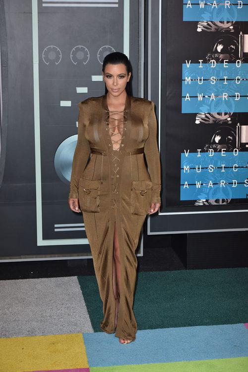 Kim Kardashian con su vestido marron en los VMAs 2015