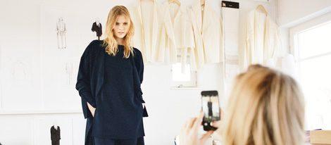 Ada Kokosar preparando un look azul marino de su colaboración con & Other Stories