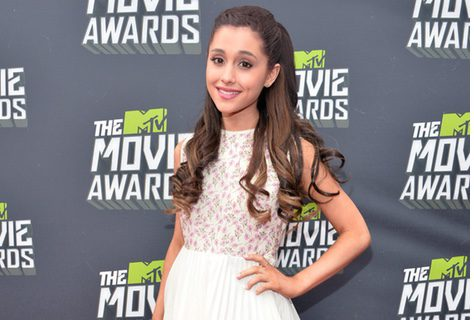 Ariana Grande con un vestido con estampado floral y falda plisada