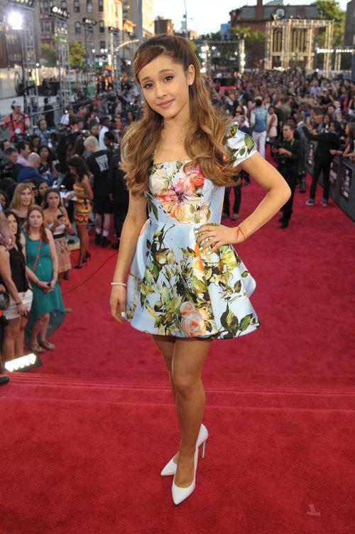 Ariana Grande con un vestido rígido azul celeste con estampado floral