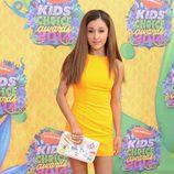Ariana Grande con un minivestido amarillo y clutch personalizado de Chanel