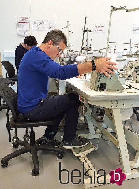 Antonio Banderas mostrando cómo se le da la máquina de coser