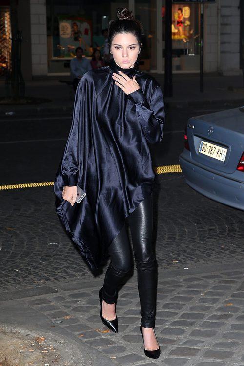 Kendall Jenner con un túnica de la colección 'Studio' otoño/invierno 2015/2016 de H&M