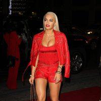 Rita Ora con un embutido look rojo de Moschino