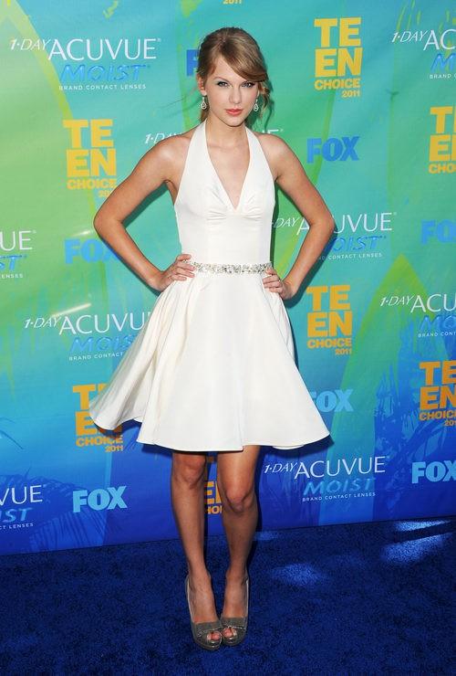 Taylor Swift con un vestido blanco de vuelo en los Teen Choice Awards 2011
