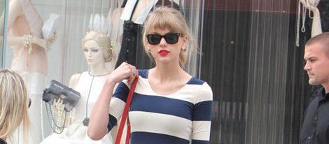 Taylor Swift con un vestido navy