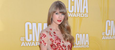 Taylor Swift con un vestido nude con pedrería en la gala de los Premios CMA 2012