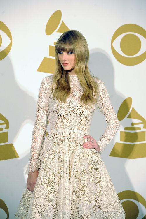 Taylor Swift con un vestido de ganchillo en las nominaciones a los Grammy 2012