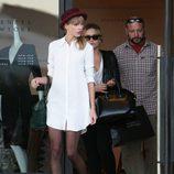 Taylor Swift con un vestido camisero de compras por Beverly Hills