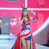 Taylor Swift con la bandera de Reino Unido en el Victoria's Secret Fashion Show 2013