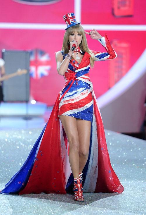 Taylor Swift con la bandera de Reino Unido en el Victoria's Secret Fashion Show 2013