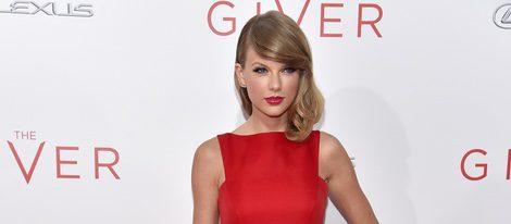 Taylor Swift con falda en crudo y top rojo en el estreno de 'The Giver'