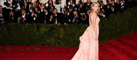 Taylor Swift con un vestido de color rosa palo en la Gala del MET 2014