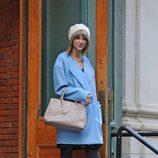 Taylor Swift con un abrigo azul bebé en Manhattan
