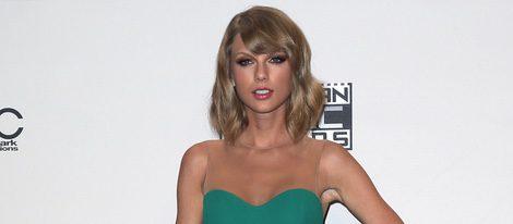 Taylor Swift con un vestido verde en los American Music Awards 2014