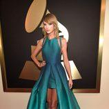 Taylor Swift con un vestido verde esmeralda en la alfombra roja de los Grammy 2015