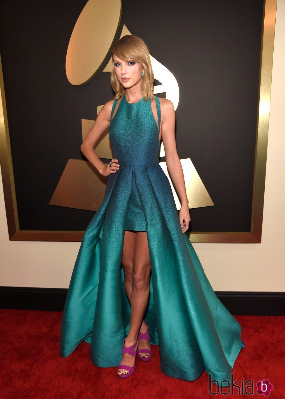 cf448eccd Anterior Taylor Swift con un vestido verde esmeralda en la alfombra roja de  los Grammy 2015