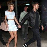 Taylor Swift con un conjunto de falda y top en una de sus citas con Calvin Harris