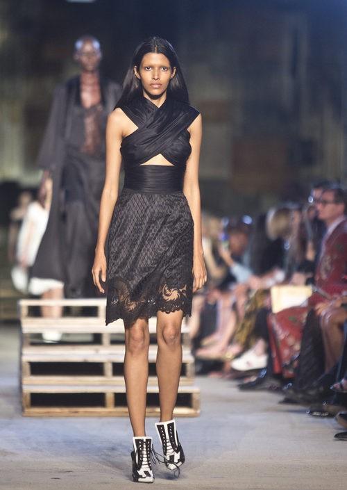 Vestido negro cruzado de la colección primavera/verano 2016 de Givenchy en Nueva York Fashion Week
