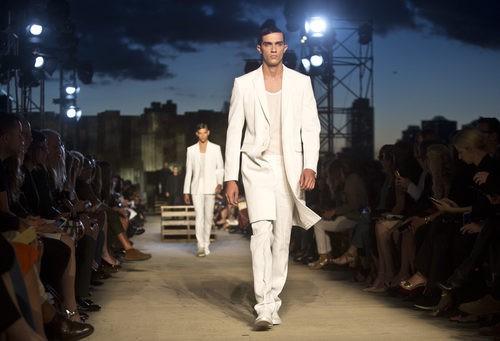 Traje blanco de la colección primavera/verano 2016 de Givenchy en Nueva York Fashion Week