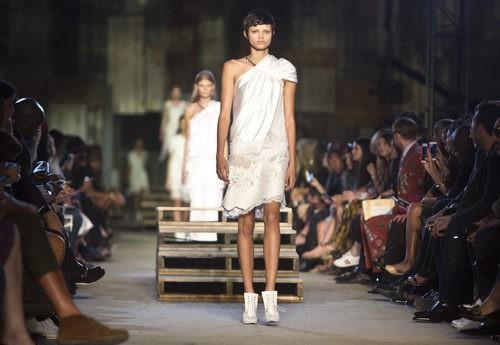 Vestido blanco corto de la colección primavera/verano 2016 de Givenchy en Nueva York Fashion Week