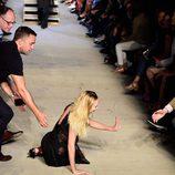 Candice Swanepoel se cae desfilando con la colección primavera/verano 2016 de Givenchy en Nueva York Fashion Week