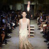 Vestido con plumas de la colección primavera/verano 2016 de Givenchy en Nueva York Fashion Week