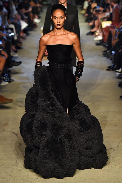 Joan Smalls desfilando con la colección primavera/verano 2016 de Givenchy en Nueva York Fashion Week