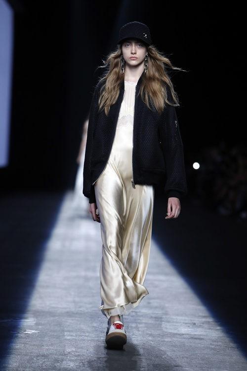 Vestido largo dorado de la colección primavera/verano 2016 de Alexander Wang en Nuevo York Fashion Week