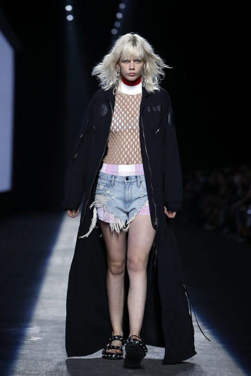Abrigo largo negro de la colección primavera/verano 2016 de Alexander Wang en Nueva York Fashion Week