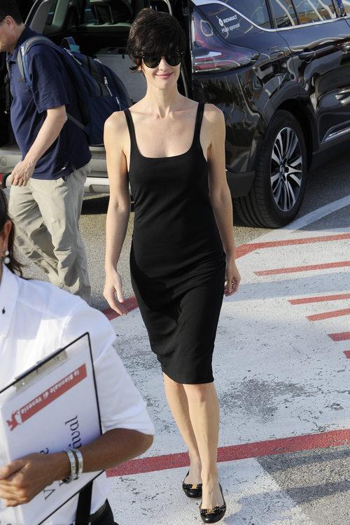 Paz Vega con un vestido negro ceñido a su llegada a la Mostra 2015