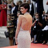 Paz Vega mostrando la espalda de su vestido de Ralph & Russo en la apertura de la Mostra 2015