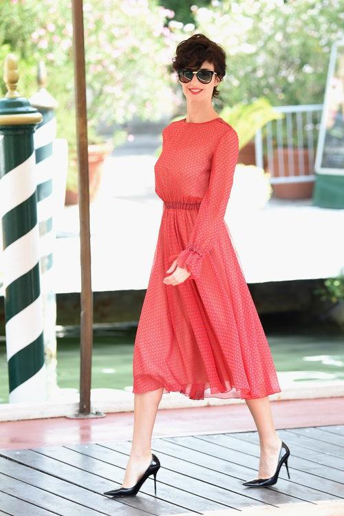 Paz Vega luce un vestido rojo de vuelo en el festival de Venecia 2015