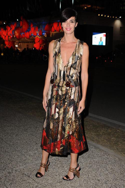 Paz Vega luce un vestido en tonos tierras y rojo metalizado en el festival de Venecia 2015