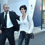 Paz Vega opta por unos vaqueros desteñidos y camisa blanca en el festival de Venecia 2015