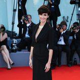 Paz Vega deslumbra en la clausura del festival de Venecia 2015 con un vestido negro de Ulyana Sergeenko