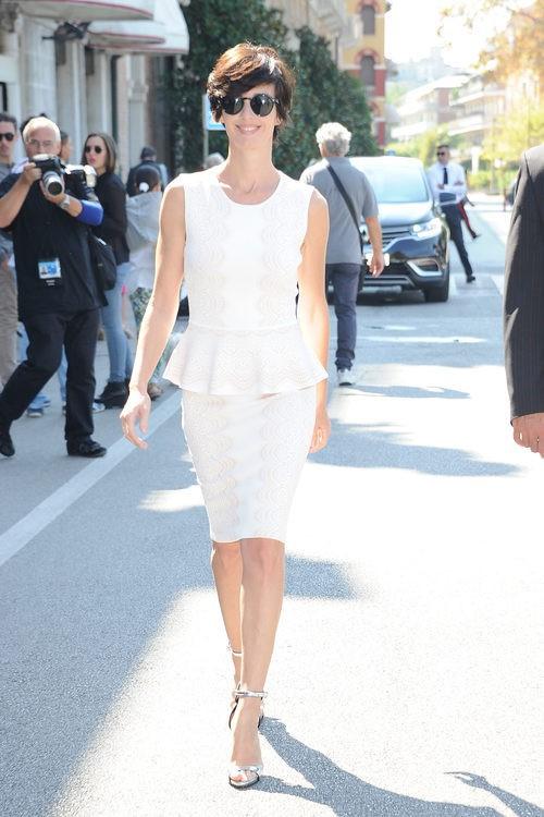 Paz Vega opta por un sencillo vestido blanco en el festival de Venecia 2015